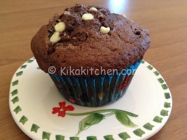muffin al cioccolato con gocce di cioccolato bianco (640x478)