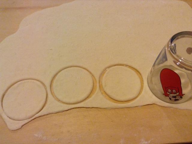 tagliare dei dischi di pasta con un bicchiere (640x478)