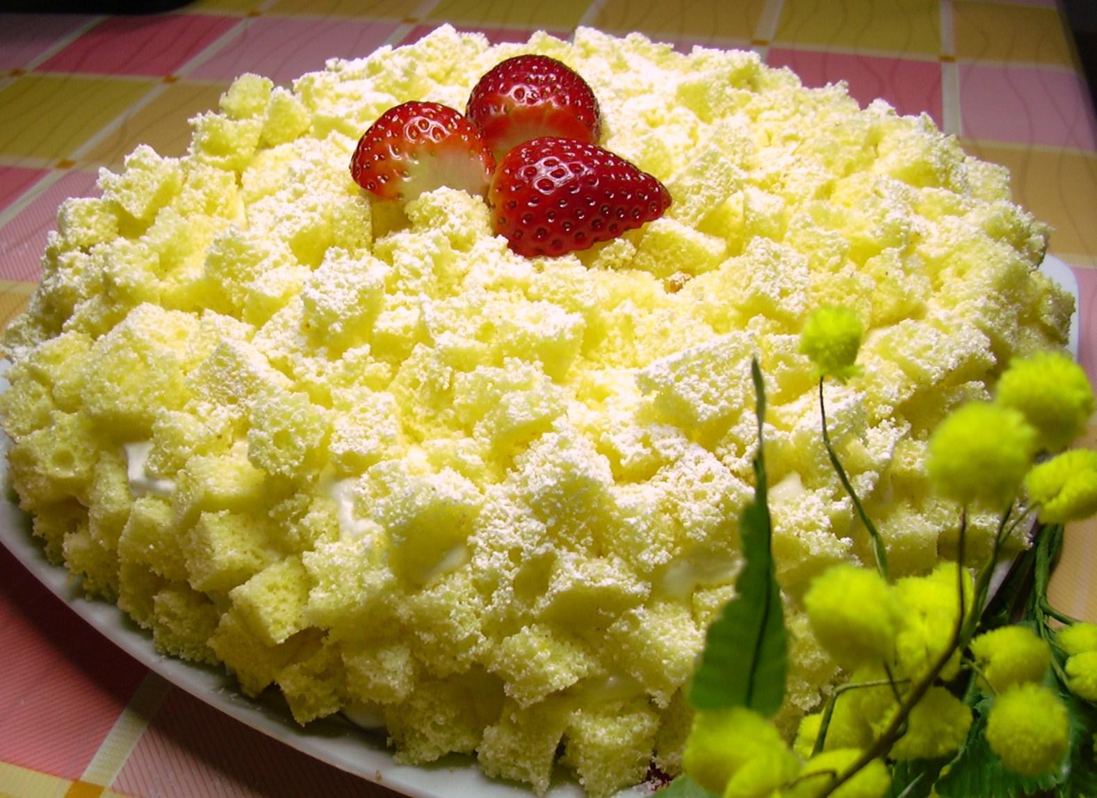 Torta mimosa con fragole e crema chantilly