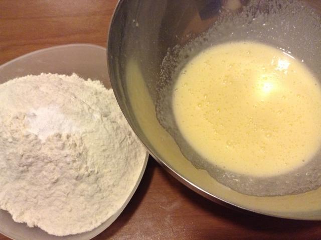 unire la farina alle uova con zucchero e burro (640x478)