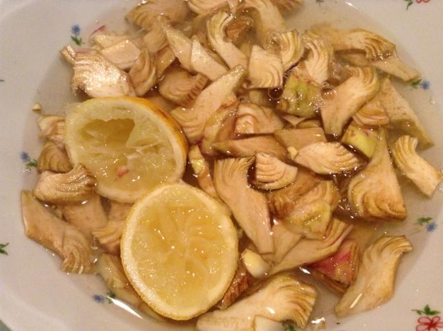 cuori di carciofo ammollo con il limone