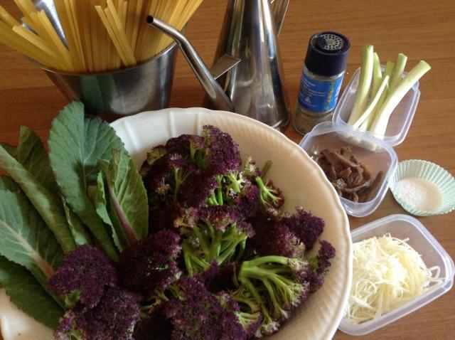 ingredienti pasta con cavolfiore e acciughe