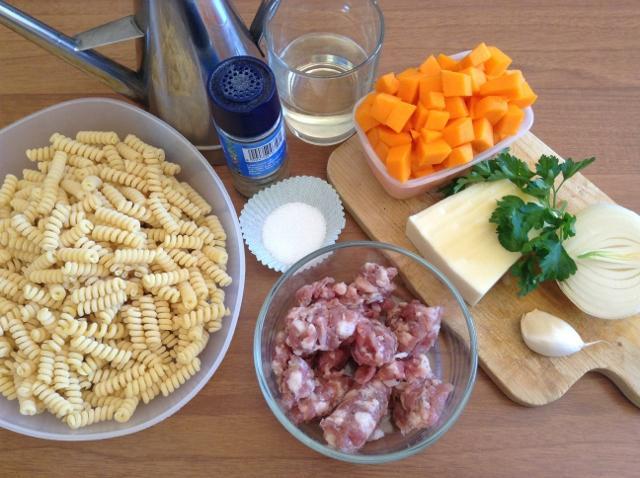 ingredienti pasta zucca rossa e salsiccia