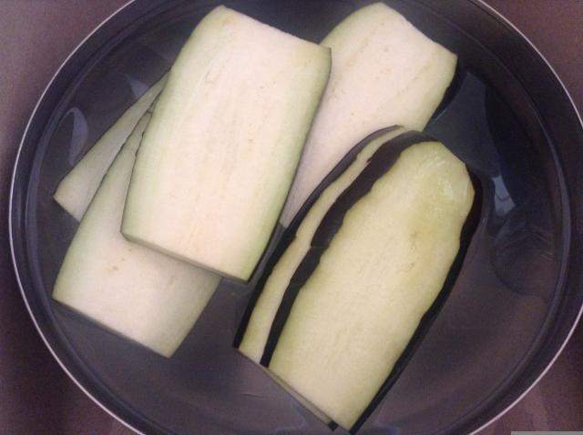 lasciare le melanzane in acqua salata