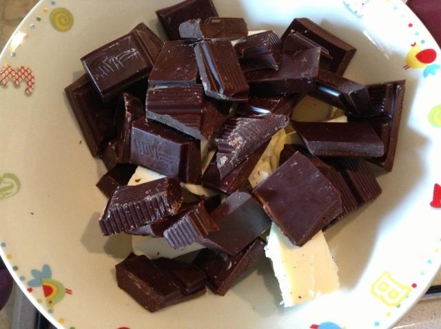 Glassa al cioccolato per guarnire bignè torte e biscotti