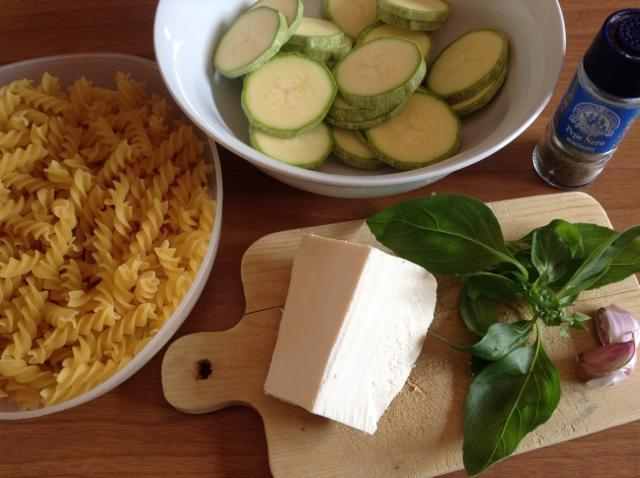 ingredienti pasta con zucchine fritte