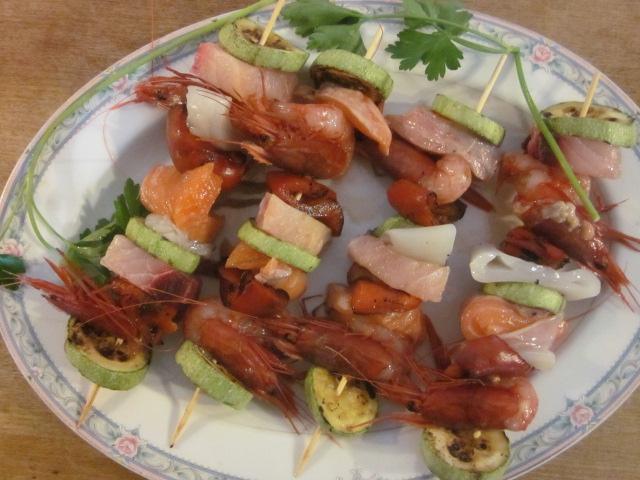 spiedini di pesce e verdure