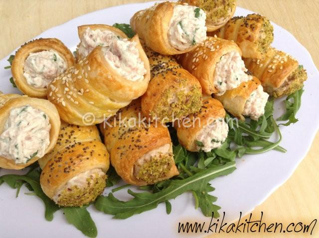 Cannoli e coni di pasta sfoglia salati per feste e aperitivi