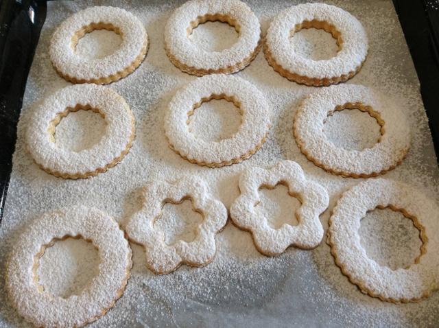cospargere i biscotti con lo zucchero a velo