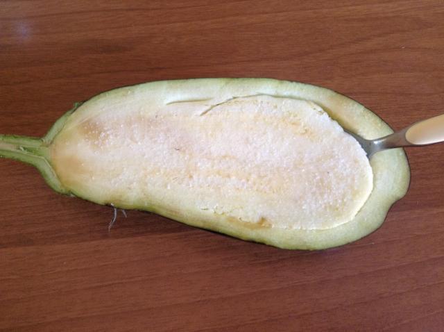 togliere la polpa dalla melanzana