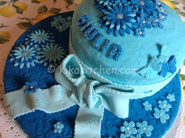 torta con fiori blu