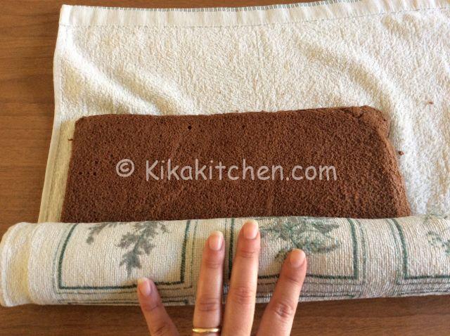 arrotolare la pasta biscotto al cacao