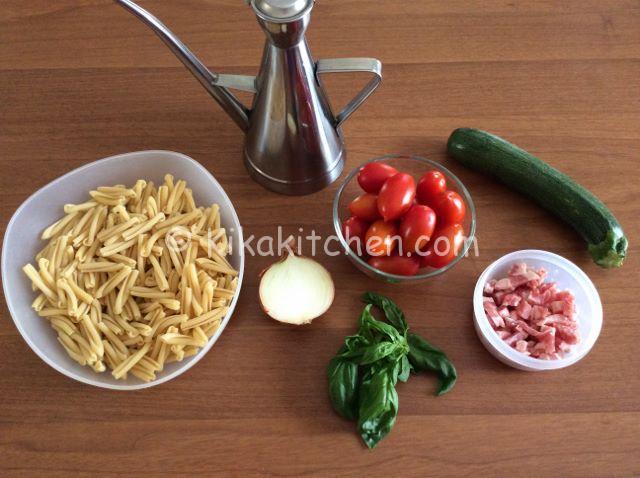 ingredienti pasta pomodorini zucchine e pancetta