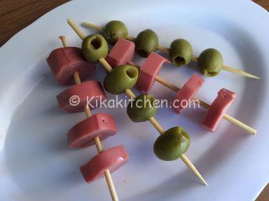 spiedini di olive e wurstel