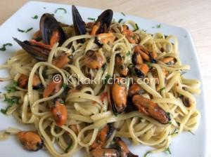 Spaghetti con le cozze in bianco. Ricetta passo passo
