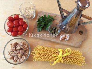 ingredienti pasta con pomodorini e tonno