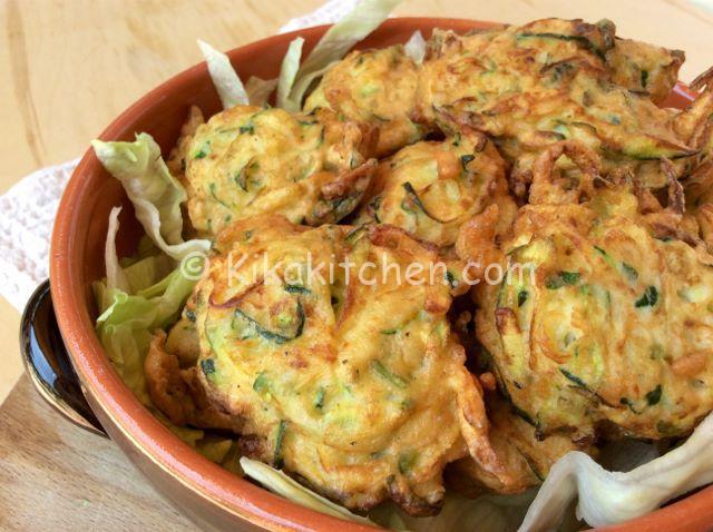Frittelle di zucchine ricetta facile e veloce kikakitchen for Cucinare le zucchine