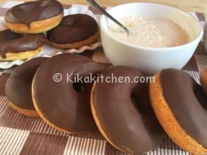 Ciambelle al forno ricoperte di cioccolato fondente