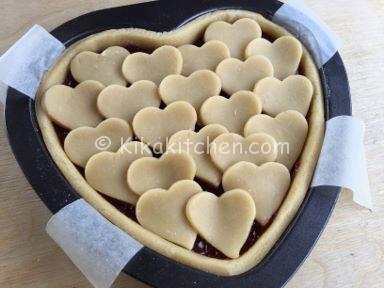 crostata a forma di cuore marmellata