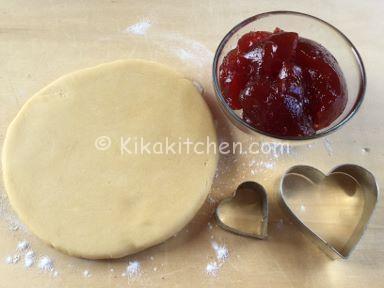 ingredienti crostata a forma di cuore con marmellata