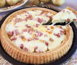 Crostata di patate farcita con formaggio e pancetta