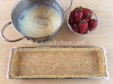 ricetta torta fredda con crema al latte e fragole