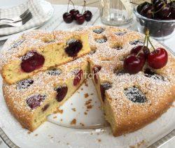 Torta di ciliegie fresche soffice e morbida