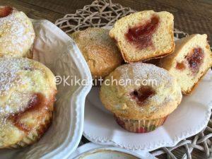 Muffin con marmellata di fragole alti e soffici