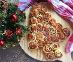 Albero di natale con pasta sfoglia. Antipasti natalizi