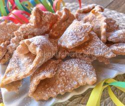 Chiacchiere di Carnevale fragranti, fritte o al forno
