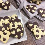 Biscotti cuore con pasta frolla classica e al cacao