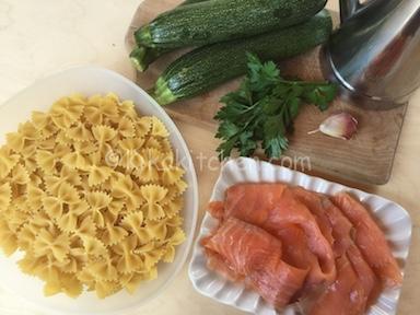 ingredienti pasta salmone e zucchine
