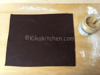 preparazione rotolo di pasta frolla al cacao